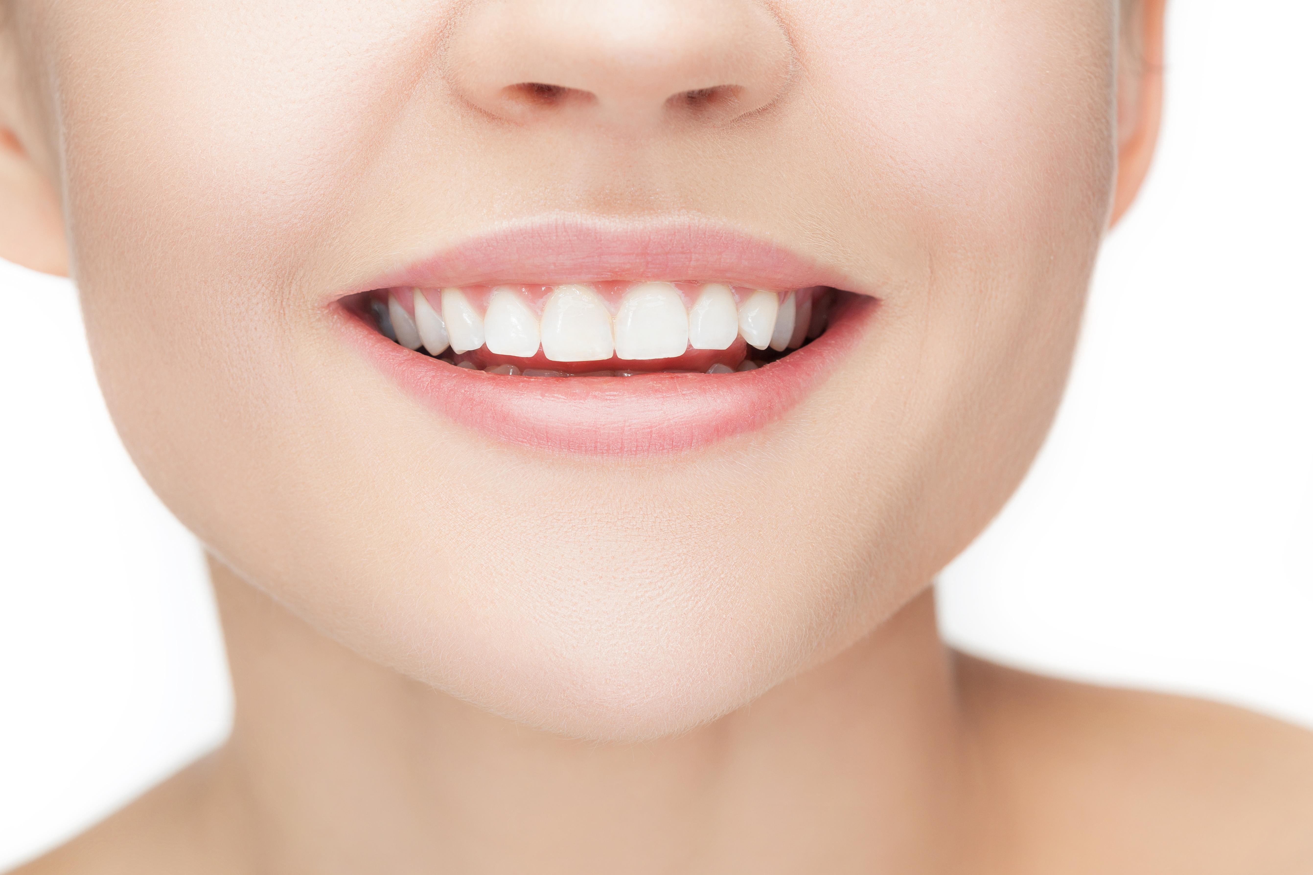 ¿De qué color son los dientes y por qué cambian de color?